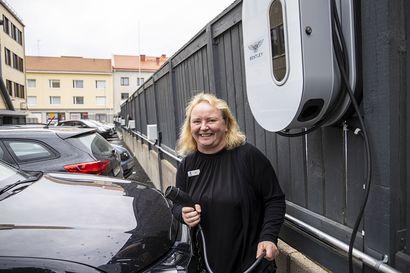 Oululaishotelli harppasi sähköautoaikaan rakentamalla pihan täyteen latauspisteitä – yrittäjä Jouni Lanamäki ei kuitenkaan halua vouhottaa sähköautoista