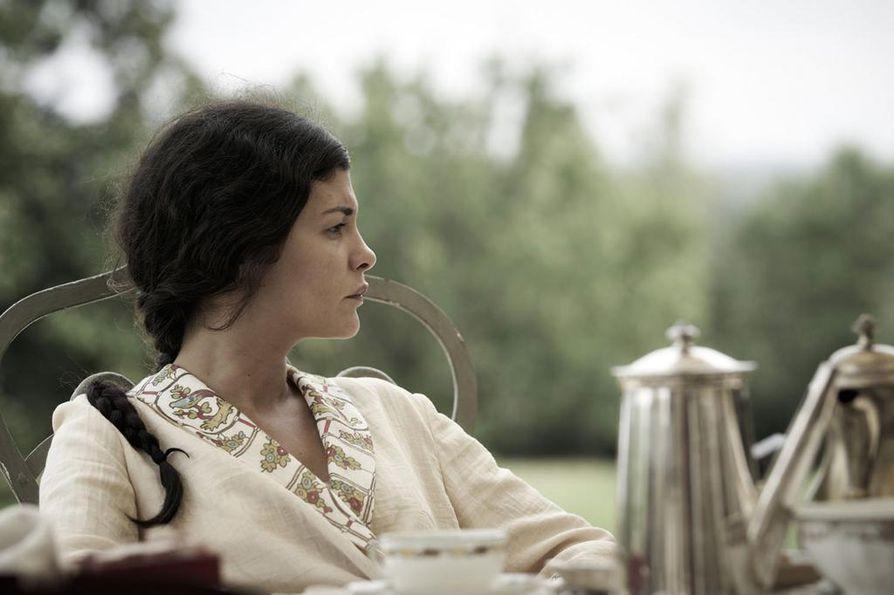 Nuori Thérèse (Audrey Tautou) pyristelee palkintovaimon roolista 1920-luvun Ranskassa.