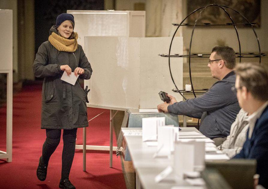 Kaisa Eilola kävi äänestämäsä alkuillasta. Lapsiasiat painoivat vaakakupissa Eilolan äänestyspäätöksessä. Ääniuurnan vahtina toimi Juha Kallio.