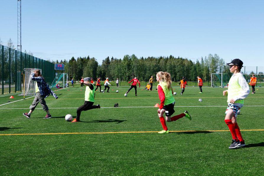Nivalan uudehkolla tekonurmikentällä pidetään torstaihin asti jalkapallokoulua lapsille.