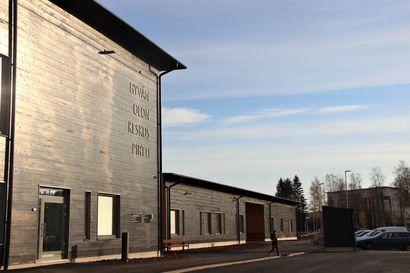 Hyvän olon keskus Pirtissä oli avauspäivänä vilinää ja rakennus sai kiitosta kodikkaasta ulkoasusta – Katso kuvat avauspäivän aamulta
