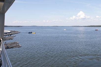 Poliisi tekee esiselvityksen kuolonuhrin vaatineesta Loviisan veneturmasta – katso kuva merenpohjasta nostetusta turmaveneestä