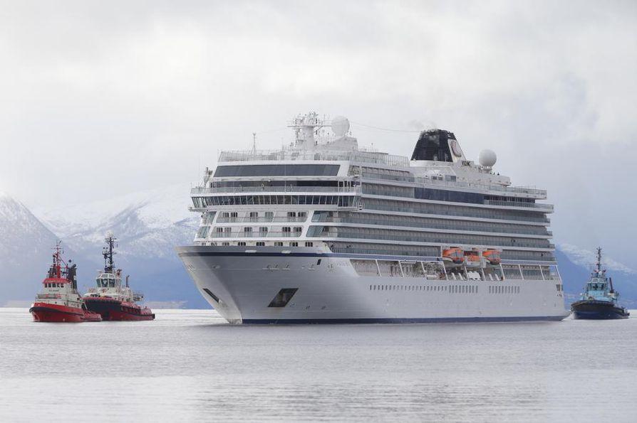 Viking Sky -aluksella oli yli 1370 ihmistä, kun se joutui merihätään.