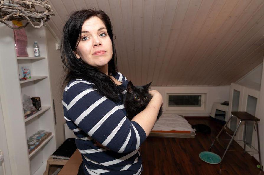 Isossa talossa kissoilla on tilaa temmeltää. Heidi Määtän sylissä on vasta hoitoon emoineen ja sisaruksineen tullut pikku-Pepe.