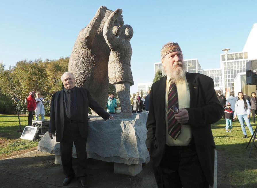 Kulttuuritalon edustalle sijoitettu, taiteilija Juhani Honkasen (oik.) veistämä 3,5 -metrinen patinoitu pronssipatsas kuvaa miehen ja karhun ystävyyttä.