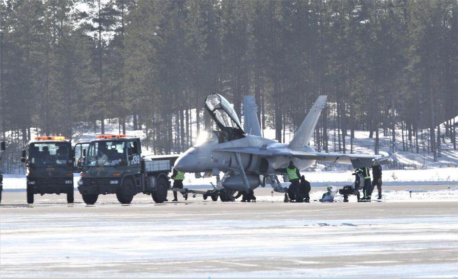 Arto Kyngäs kuvasi Oulunsalon lentokentälle laskeutuneen Hornet-koneen renkaan vaihdon.