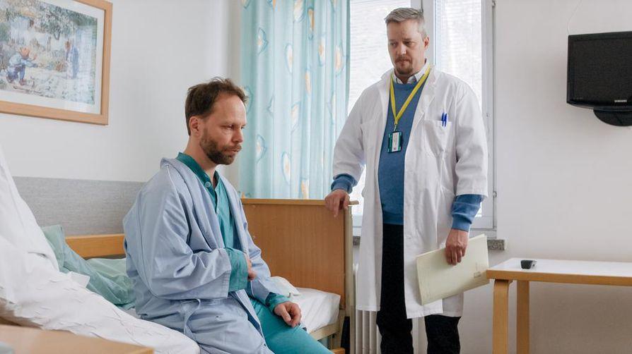 Teppo (Juho Milonoff) kuulee lääkäriltä (Samu Loijas), että edessä on muutto Itä-Helsinkiin kuntoutukseen.