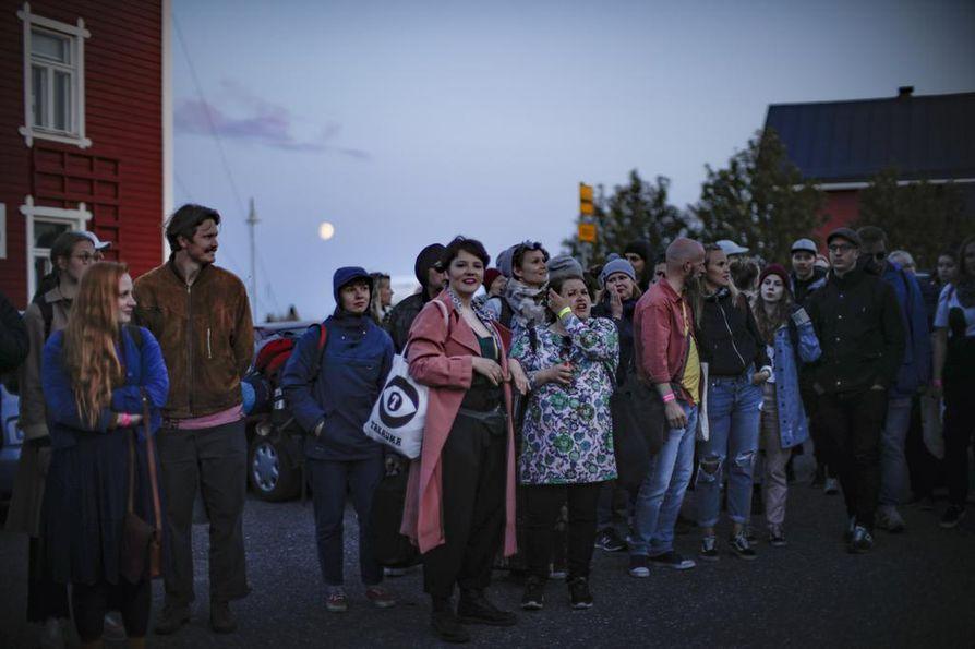 Bättre Folk -kävijät odottelivat Oulun-bussia perjantai-iltana Hailuodossa. Festivaaliviikonloppuun mahtui myös ongelmia, mutta järjestäjien ja Marjaniemen yrittäjien mukaan tapahtuma sujui hyvin.