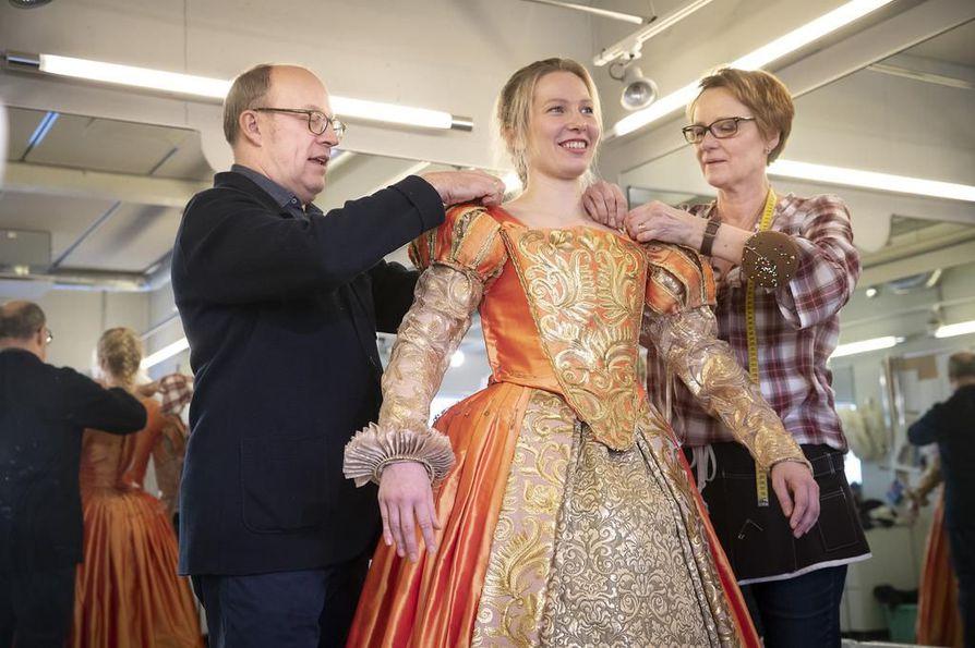 Näyttelijä Elina Saarela on tullut sovittamaan aatelisneito Viola de Lessepsin tanssiaispukua. Sovituksessa ovat mukana pukusuunnittelija Pasi Räbinä ja apulaispuvustonhoitaja Arja Lehto.