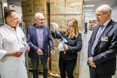 """Rovaniemeläinen perheyritys lahjoitti Lapin sairaanhoitopiirille 100 000 suojamaskia: Halusimme kantaa kortemme kekoon"""" – maskeja oli helppo ostaa Kiinasta, rahdin kanssa ongelmia"""