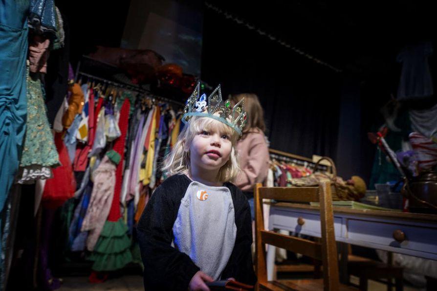Kolmevuotias Iiris Nyrönen nautti pukeutumisleikeistä teatterimuseossa.