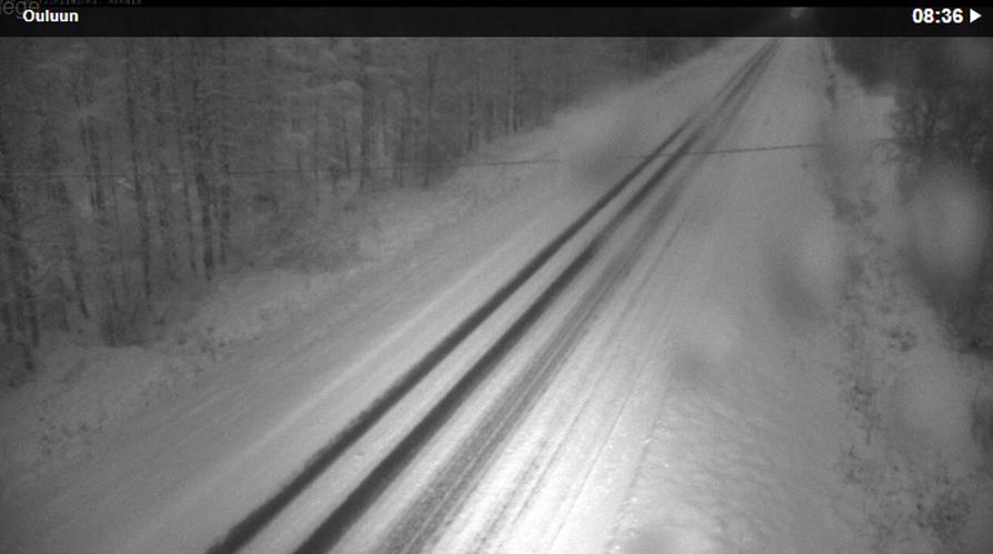 Arkalassa Kuusamontiellä tienpinta on luminen. Kuvakaappaus kelikamerasta.