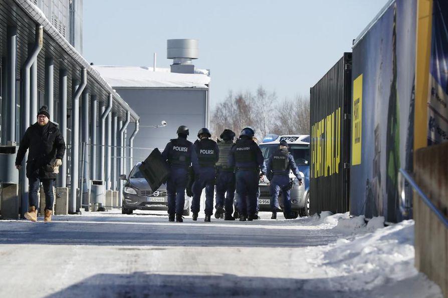 Oulun poliisi etsi Raksilassa isossa operaatiossa miestä kevättalvella 2018. Mukana oli myös vaativiin tilanteisiin koulutettuja poliisimiehiä. Arkistokuva.