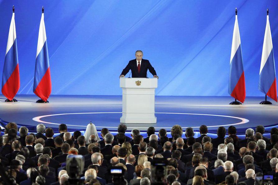 Putinin puhetta oli kuuntelemassa Venäjän politiikan ja talouden johto. Puheen pitopaikkana oli Moskovan keskustan historiallinen Maneesi.