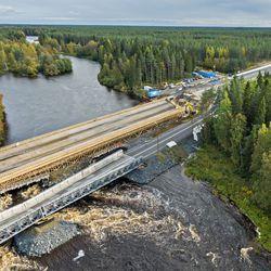 Tulvavesi huuhteli väliaikaisen sillan välituen Nelostiellä Oulussa ja tie on poikki ainakin viikon – Destian projektijohtajan mukaan uusi silta valmistuu aikataulussa