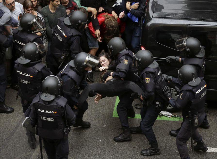 Espanjan mellakkapoliisilla on ollut vahvat otteet Katalonian itsenäisyysäänestyksen yhteydessä sunnuntaina.