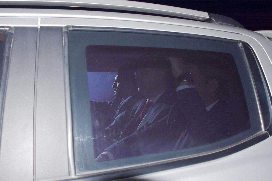 Pastori Andrew Brunson (keskellä) saapui oikeuskäsittelyyn Izmiriin Turkissa 12. lokakuuta.