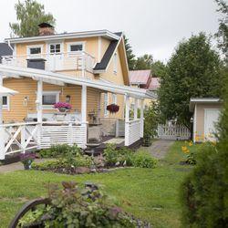 """Kunnostettavaksi sopiva koti löytyi Kemistä 1920-luvun hirsitalosta – """"Näkyy vähän joka puolella se, että tykkään tällaisesta vanhasta ja rustiikkisesta"""""""