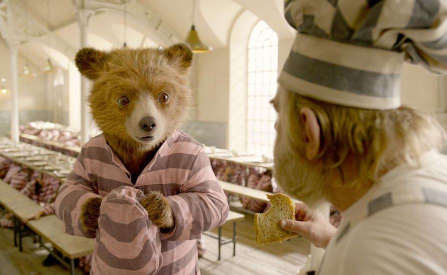 Paddingtonilla (Ben Whishaw) on parannusehdotuksia vankilan kokille (Brendan Gleeson).