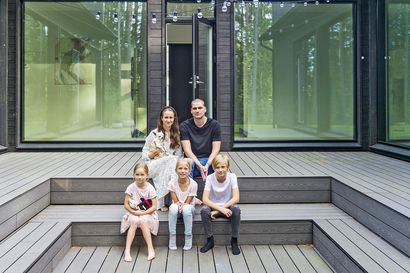 Atriumtalo tarjoaa suojaa tiiviisti rakennetulla pientaloalueella – Lahtovaaran perheen uusi, pelkistetty koti on sisustettu laadukkailla kirpparilöydöillä