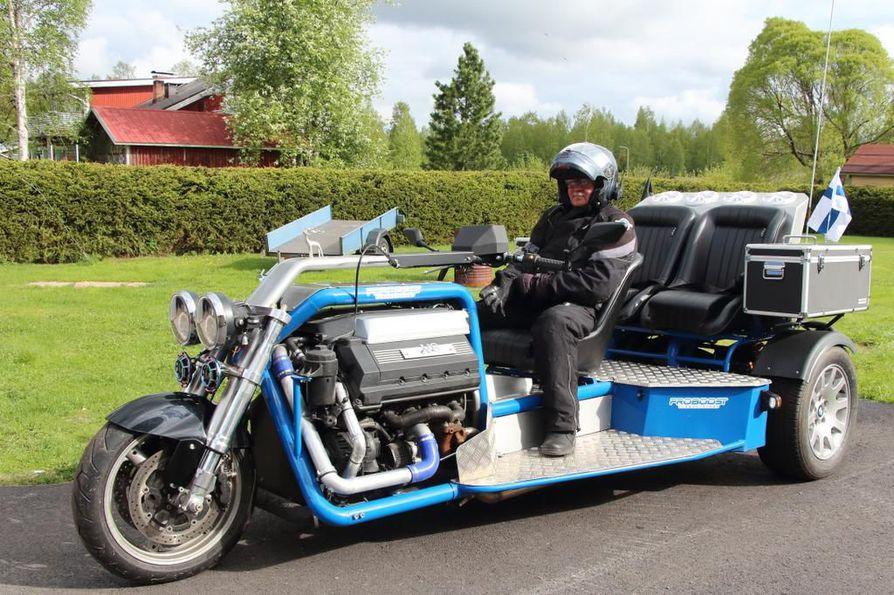 Esko Juntusen trike-pyörä painaa pienen henkilöauton verran. Leveyttä sillä on 178 senttiä ja pituutta 358 senttiä.