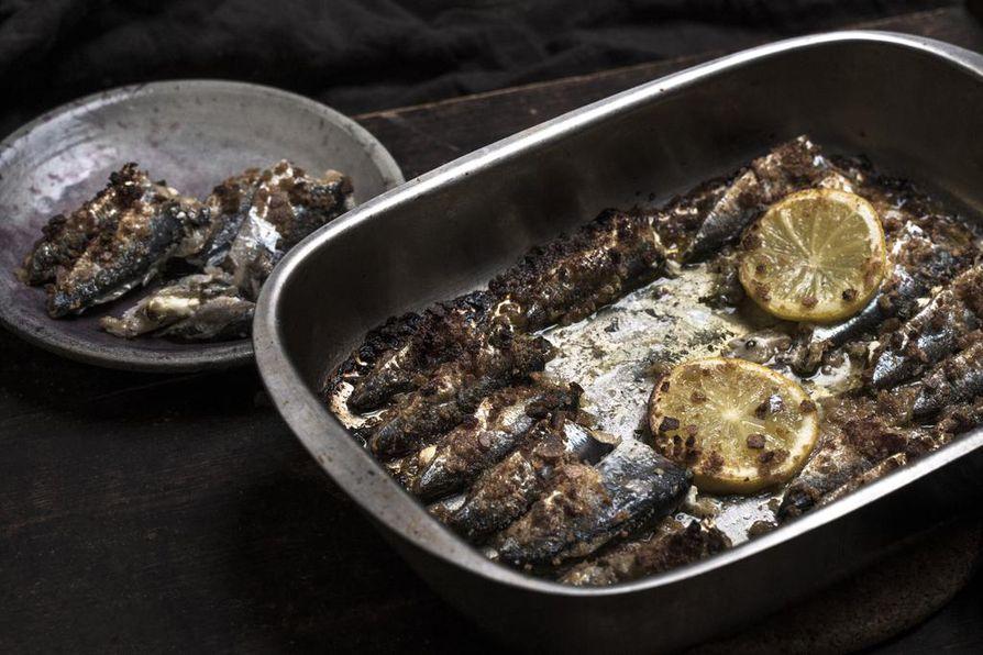 Nämä välimerelliset silakat tekee mieli syödä hieman jäähtyneinä suoraan vuoasta. Kokeile sitruunasilakoita myös tapas-pöydässä.