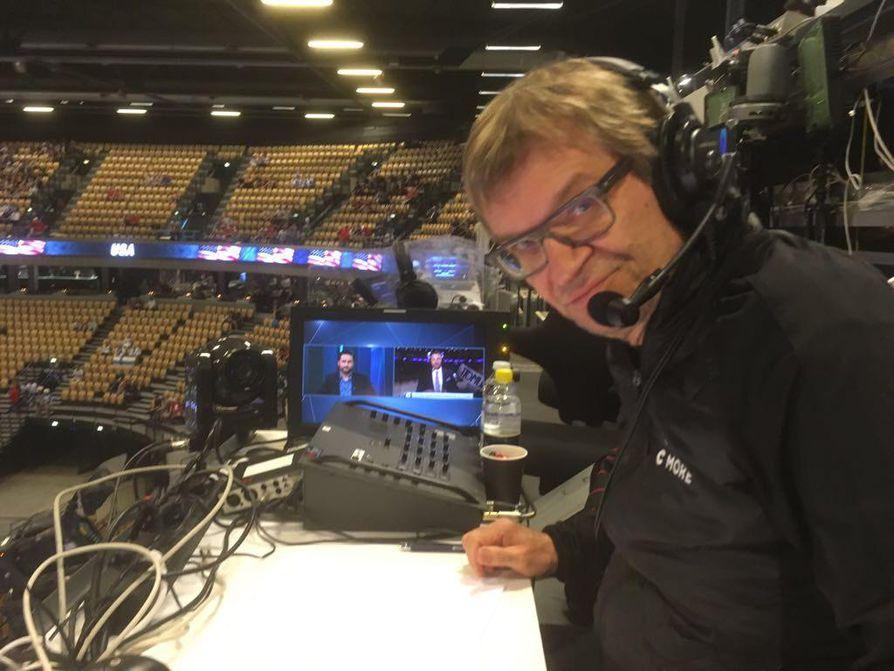 Mika Saukkonen selostaa MM-kisoja maksuttomalla MTV3-kanavalla, maksullista tuotetta myydään Antero Mertarannan (kuvassa) äänellä.