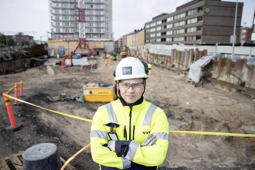 Rakennusinsinööriksi opiskeleva Joona Kurtti toimii työnjohdon harjoittelijana YIT:n Asemantornin työmaalla. Kurtin mukaan myös hänen opiskelukaverinsa ovat työllistyneet todella hyvin.
