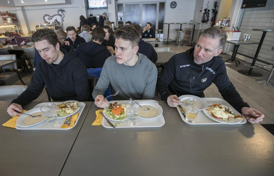 Jääkiekkoilijat syövät kunnollisen lounaan. Kärppäpelaajat Juho Lammikko (vas.), Jesse Puljujärvi ja fysiikkavalmentaja Samppa Jaakola ruokailivat yhdessä Kärppäklubilla ennen koronaviruksen aiheuttamia rajoituksia.