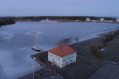 Huomeniltana kannattaa lähteä iltakävelylle Museonrantaan: Raahen museo valaistaan uudella tavalla