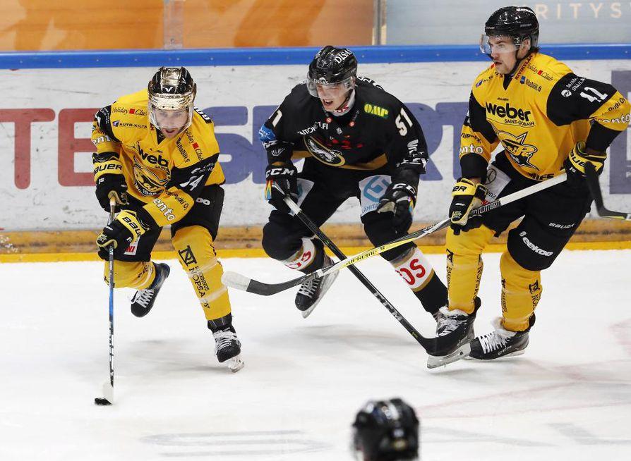 Jesse Koskenkorva (keskellä) pelaa Kärpissä vielä kevääseen 2022 saakka.
