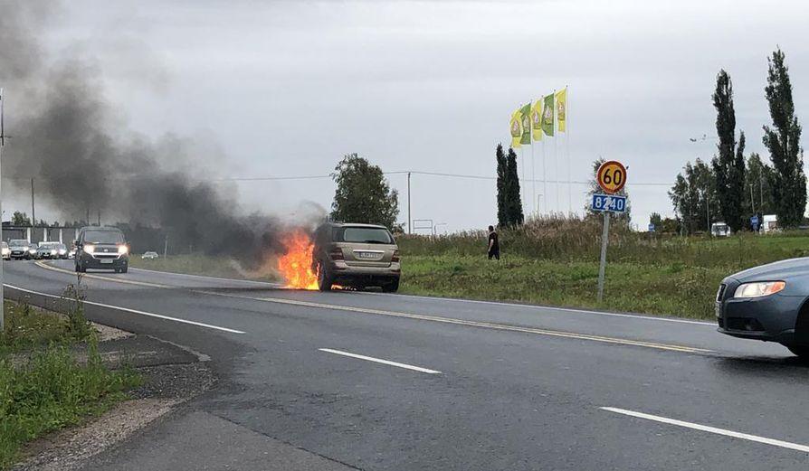 Henkilöauto syttyi tuleen Tupoksessa.