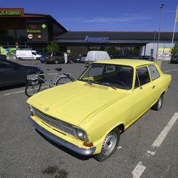 Keltainen Kadett liikkuu mystisesti parkkialueella Kiimingissä–Auto on ollut hylättynä ABC-asemalla jo yli puoli vuotta