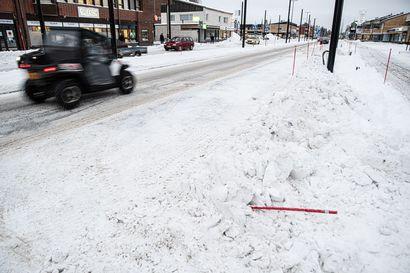 """Ensimmäiset lumet ja Kitkantiellä jo ongelmia talvihoidon kanssa –kuntalaiset kauhistelevat, urakoitsija ihmettelee: """"Ei suunnitelmassa ole ajateltu talvihoitoa yhtään"""""""