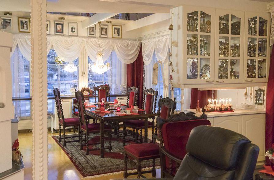 Viininpunaiset barokkihuonekalut luovat lämpimän tunnelman niin jouluna kuin muinakin vuodenaikoina. Loppiaisen jälkeen punaiset verhot vaihtuvat hopeanharmaisiin.