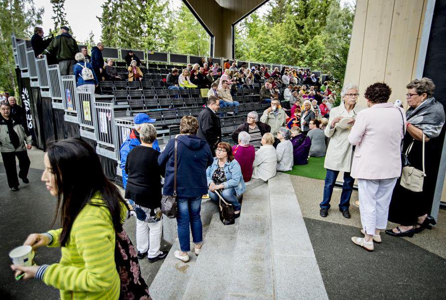 Hupisaarten uuden teatterin katsomoon mahtuu 310 katsojaa, jos kaikki penkit ovat käytössä. Uudisrakennuksessa esiintyi kesäkaudella neljä eri teatteriryhmää, joiden esitykset houkuttelivat yhteensä 8 672 katsojaa.
