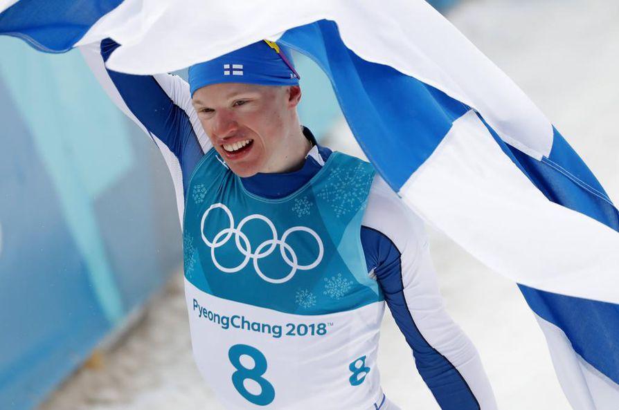 Iivo Niskanen tuuletti maalissa olympiakultaa 50 kilometrin perinteisen kisan jälkeen.