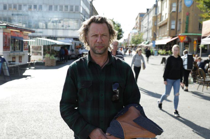 Antti Reini vetää uutta Suomessa tapahtuneista rikoksista kertovaa dokumentaarista sarjaa. Ensimmäisenä selvitetään, miten Abderrahman Bouanane puukotti Turun Kauppatorilla elokuussa 2017 kymmentä ihmistä, joista kaksi kuoli.