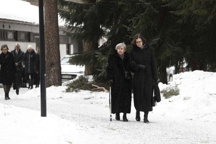 Matti Nykäsen äiti Vieno Nykänen (vasemmalla) saapui paikalle ensimmäisten joukossa.