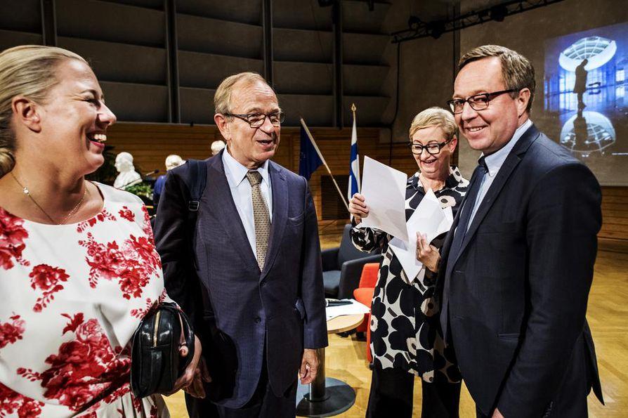 Tuleva komissaari Jutta Urpilainen puhui Suomen ensimmäisen komissaarin Erkki Liikasen (keskellä) ja keskustalaisen valtiovarainministeri Mika Lintilän kanssa 31. elokuuta Chydenius-seminaarissa Kokkolassa.