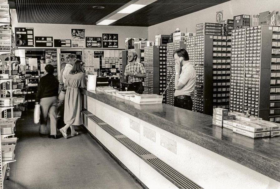 Yksi Radio-Mikron myymälöistä oli Helsingin Annankadulla sijainnut Komponenttikeskus. Elektroniikan harrastajat tutustuivat tarjontaan etukäteen yrityksen myyntiluetteloiden ja kiertokirjeiden avulla. Liikeideaan kuului, että asiakas tiesi myymälään tullessaan, mitä hän halusi sieltä ostaa.