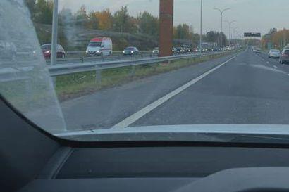 Pohjantien liikenne seisoi usean kilometrin matkalta tiistai-illan onnettomuuden vuoksi