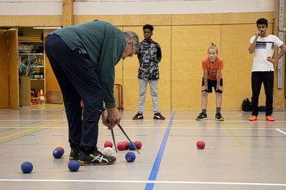 Bocciassa pallo lentää ja jännitys tiivistyy – eläkeläisten suosima peli sopii myös nuorille