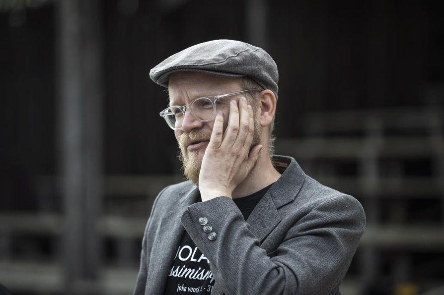 –¿Jos pitää miettiä, mistä Puolanka tunnetaan Kainuun ulkopuolella, niin todennäköisesti pessimismistä. Pessimismi yhdistetään Puolankaan samalla tavalla kuin nuukuus Laihiaan, toinen käsikirjoittaja Tommi Rajala vertaa.