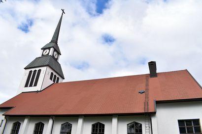 Taivalkoskella halutaan liikettä kirkkoon, mutta ei twerkkiä alttarille: kirkossa pelätään tanssia ja kirkon ulkopuolella pyhää – Koillismaan some leimahti, kun tanssi mainittiin