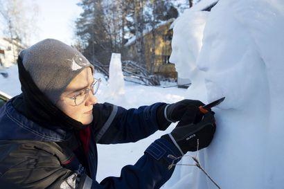Upeat lumiveistokset tervehtivät kulkijaa Rovaniemen Etelärinteellä – veistäjä päätyi lajin pariin vahingossa