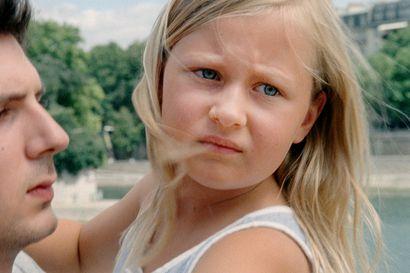 Kun Pariisi hiljenee – Davidista tulee siskontyttärensä Amandan lähin omainen