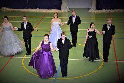 Posion wanhojen tansseissa pukujen kauneutta ja upeita tanssiesityksiä - katso kuvat päiväjuhlasta