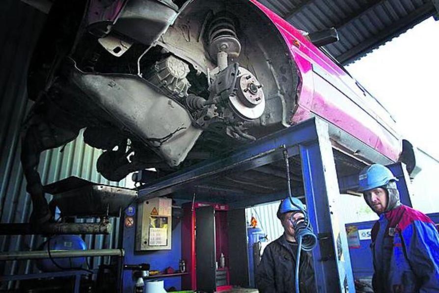 Kahden tonnin punnus jysähtää Corollan päälle Stena-metallin Ruskon romukentällä ja tekee autosta sopivan lättänän kuljetettavaksi Etelä-Suomeen, jossa se muuttuu kierrätettäväksi metallirouheeksi.