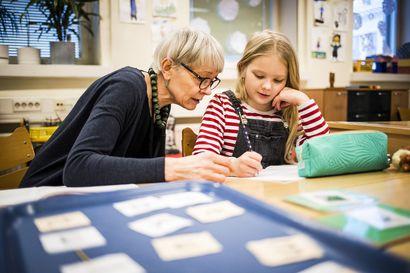 Tekstin luettavuus on tärkeintä – Käsin kirjoittaminen on säilynyt koulussa, vaikka kaunokirjoitusta ei enää tarvitse opetella